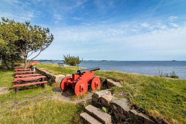 ノルウェー、クリスチャンサンのオデロヤに立つ大砲。海、青い空を見る