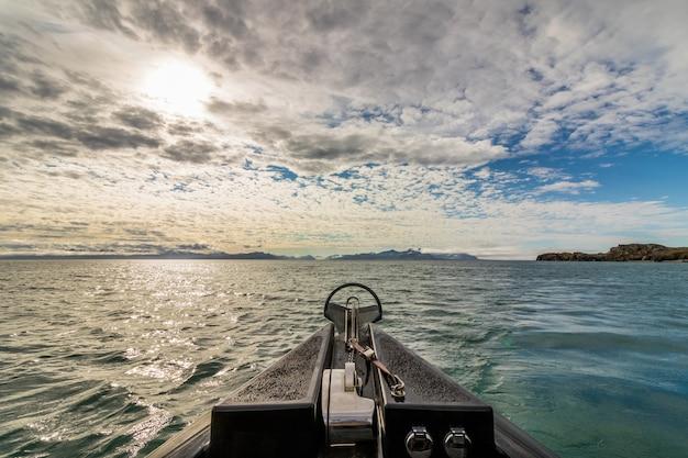 スバールバル諸島の海で野生動物サファリボートからの眺め