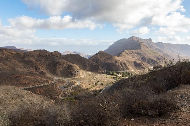 グランカナリア島、スペインの山の中の大きな山の間の曲がりくねった道