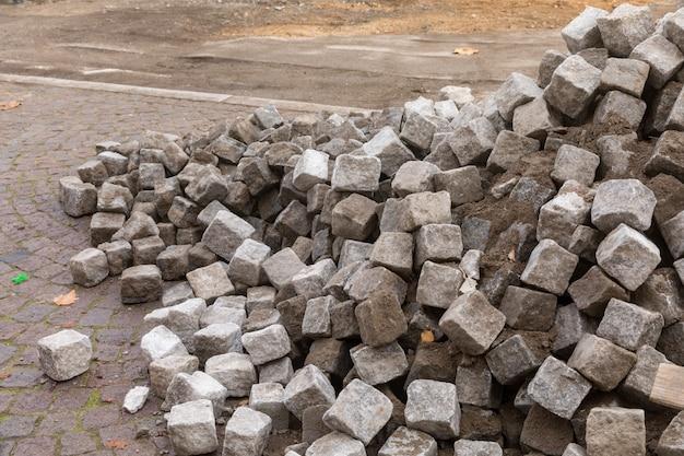 地面に横たわっている石畳の山