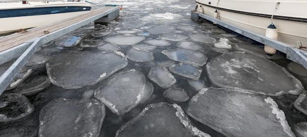 ノルウェー、リソルの港の海に浮かぶ流氷。