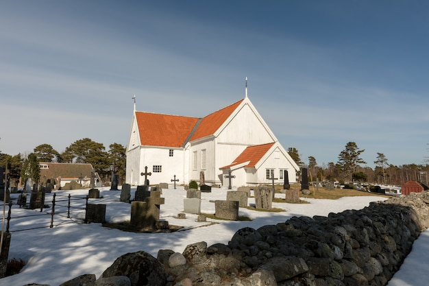ノルウェー、アーレンダールのトロモイのホーヴにあるトロモイ教会。白い教会、青い空、晴れた日。
