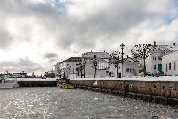 ノルウェー南部の小さな町リソルの街と港のフィヨルドの流氷