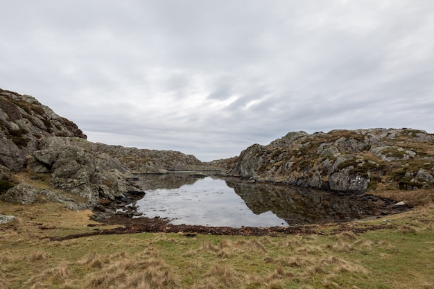 ノルウェー、ハウゲスンのロヴァール諸島のロヴァール島の穏やかな湾の美しい風景。