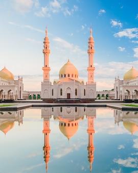 水の反射と白いモスク