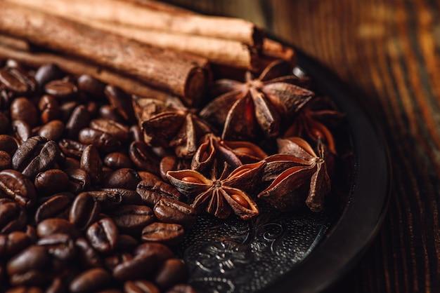 Кофе в зернах со специями.