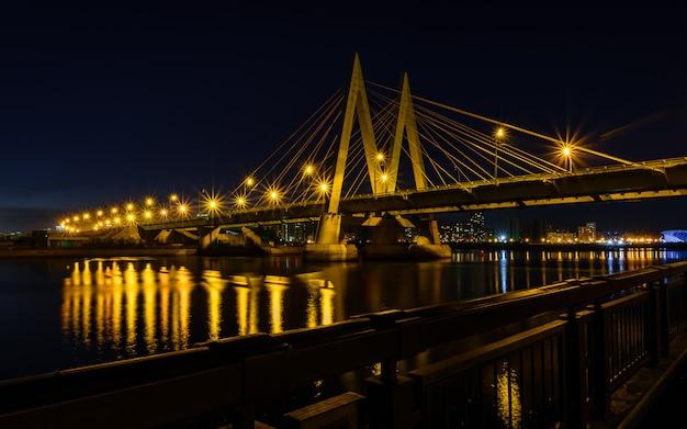 カザンの川を渡る夜の橋