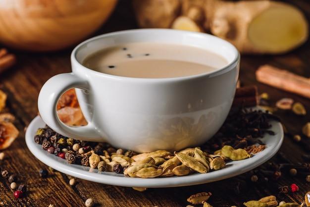 Белая чашка масала чай