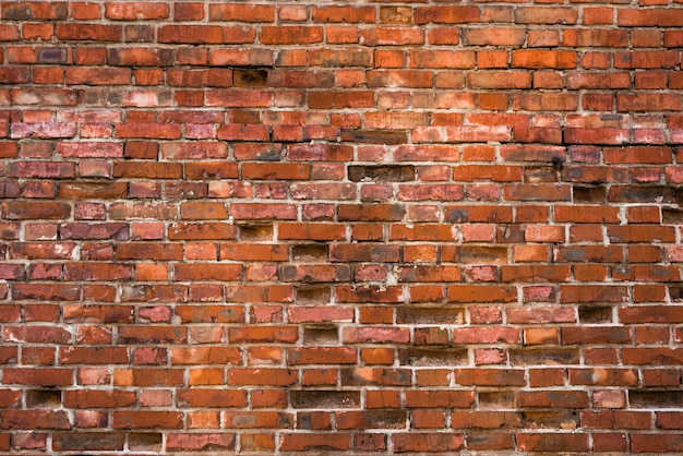 Старая и выветрившаяся кирпичная стена