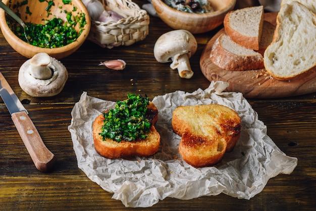 イタリアのハーブミックスと焼きスライスのブルスケッタ