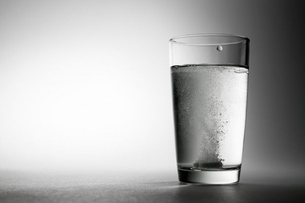 Шипучая таблетка в стакане воды