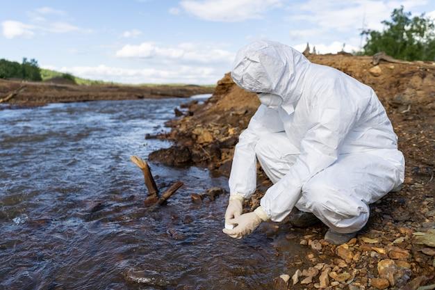 専門家は汚染された環境の水を分析します。