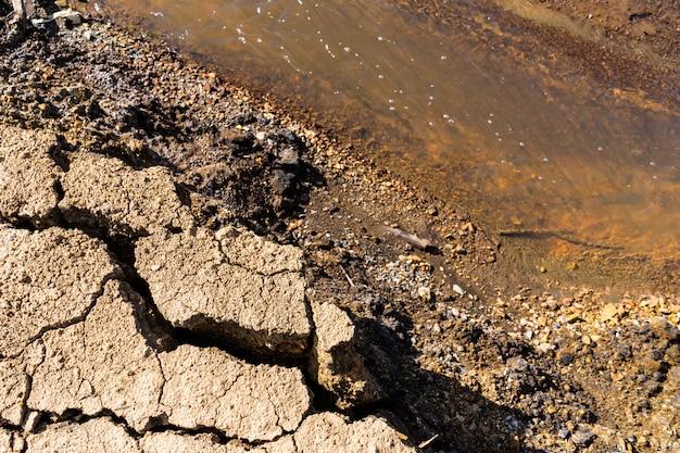 Загрязненный красный токсичный поток воды
