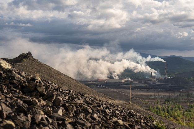 Химический завод с дымовой трубой