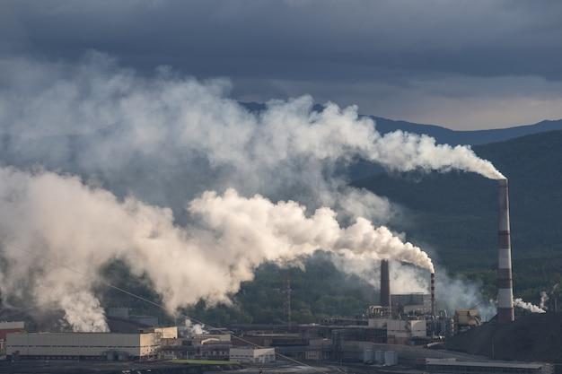 Металлургический завод с дымом. промышленная архитектура