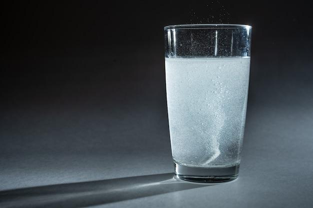 発泡錠が水ガラスに落ちる