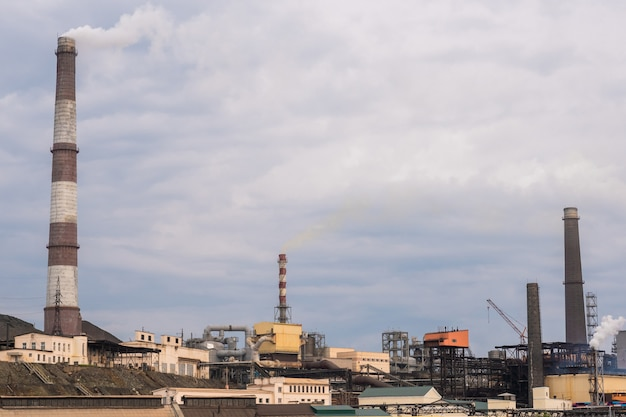 曇り空の冶金工場
