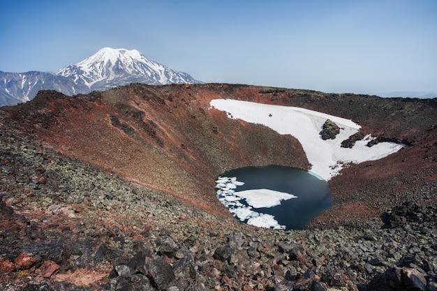 Кратер вулкана черпук, камчатка, россия. аэрофотоснимок с дрона