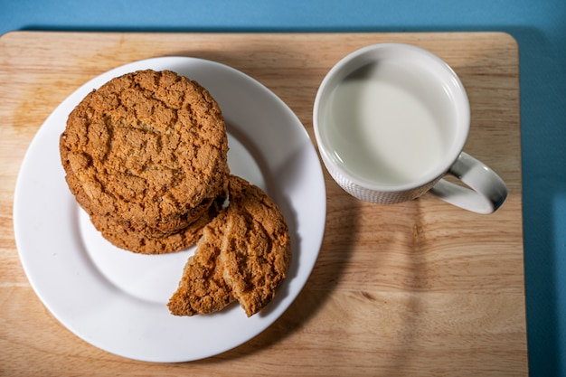 牛乳とチョコレートチップクッキーのガラス