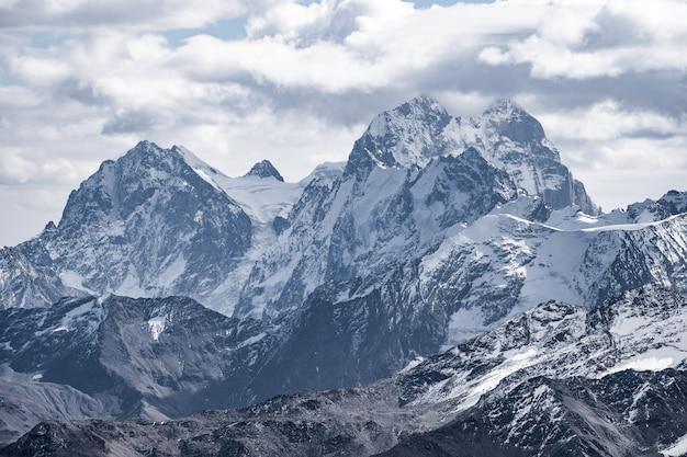 エルブルスの近くにある山頂