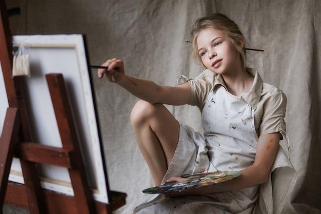 Девушка-художник с кистью и цветовой палитрой