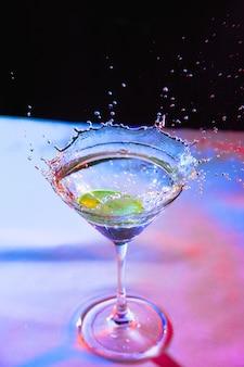 水しぶきとレモンとガラスのカラフルなカクテル
