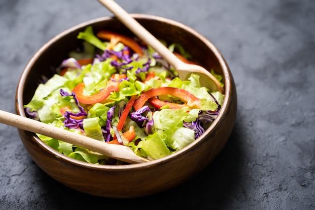 Греческий салат со свежими овощами, сыром фета и маслинами