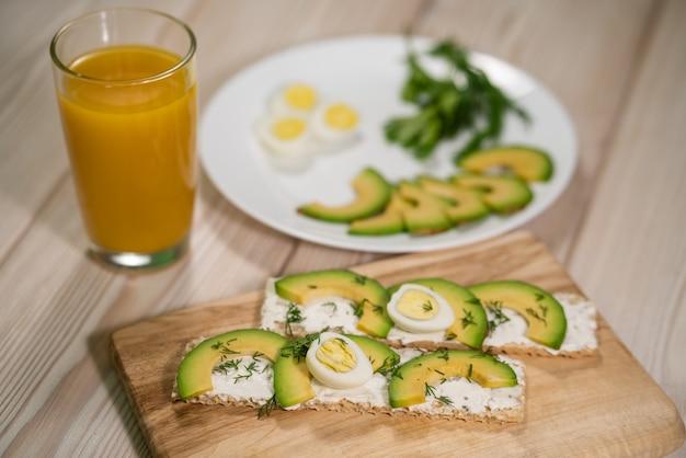 健康的な朝食-アボカドと卵のトースト