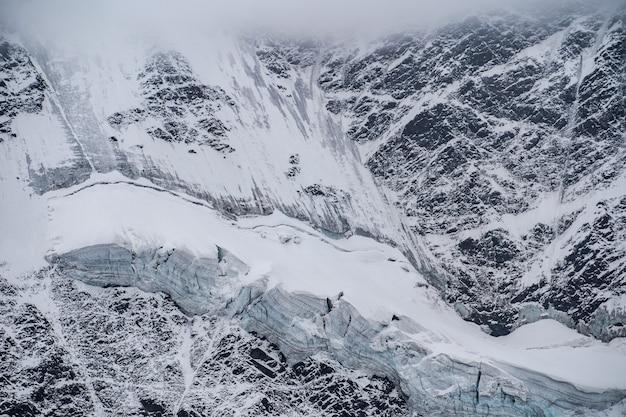 スイスのアルプス山脈の空撮。