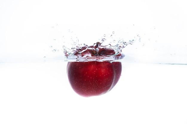 水に投げられた赤いリンゴ