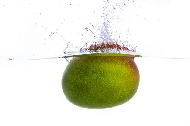 水に落ちる新鮮なマンゴー