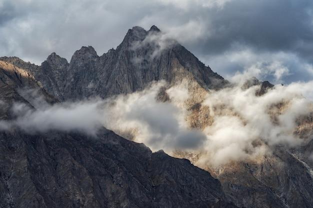 日の出中にヒマラヤの山頂