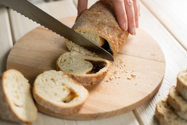 まな板の上のライ麦パンをスライスしました。種付き全粒ライ麦パン