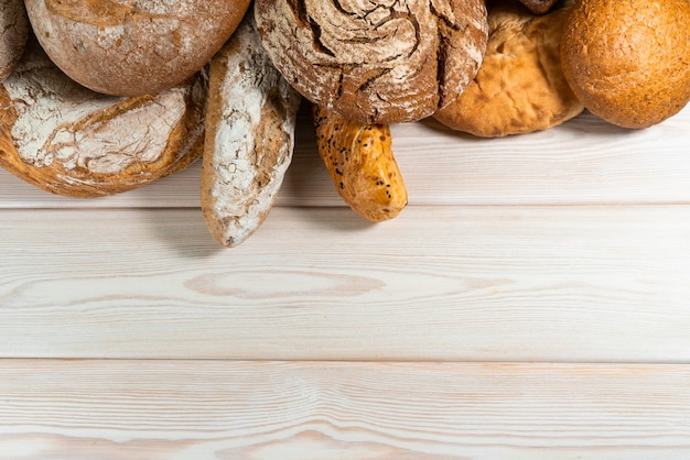Разные виды хлеба на деревянном столе