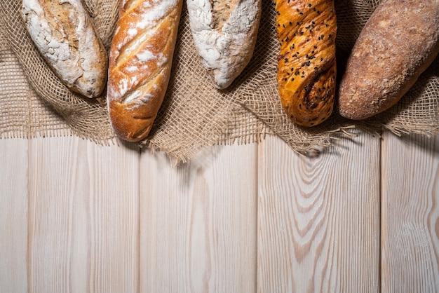 木製のテーブルの上のパンの種類