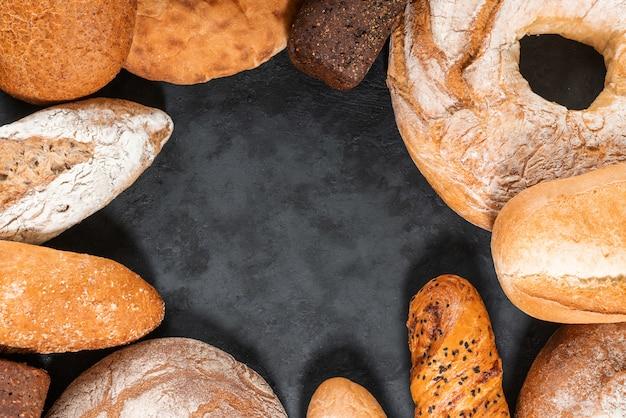 Различные виды хлеба на темном деревянном фоне