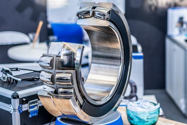 技術研究所での大きなベアリングのショットを閉じます。複列円筒ころ軸受。頑丈なベアリング。