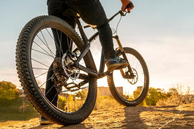 自転車の車輪は日没の画像を閉じる