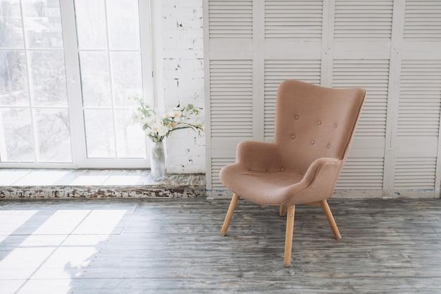 パノラマの窓の背景にヴィンテージの椅子