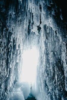 Ледяные пещеры с замерзшей водой на байкале, россия