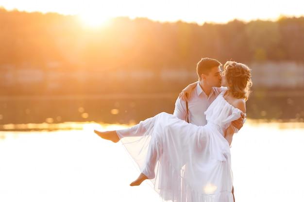 Счастливая пара на закате