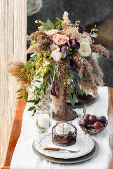 Стол украшен красивым букетом цветов