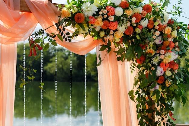 Площадь свадебной церемонии у реки на пирсе