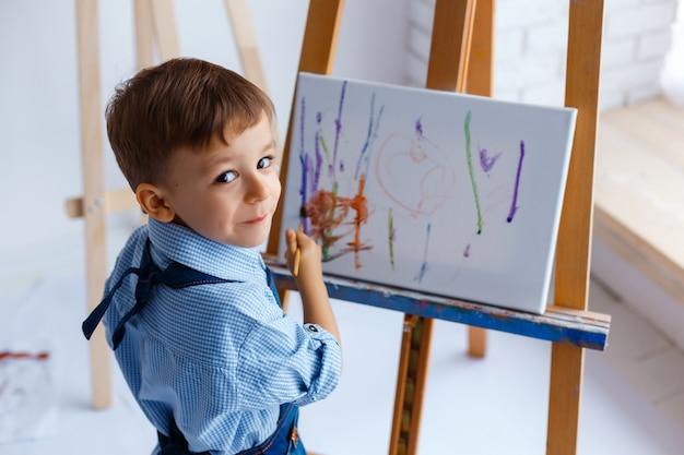 Макро портрет милый, улыбающийся, белый трехлетний мальчик в