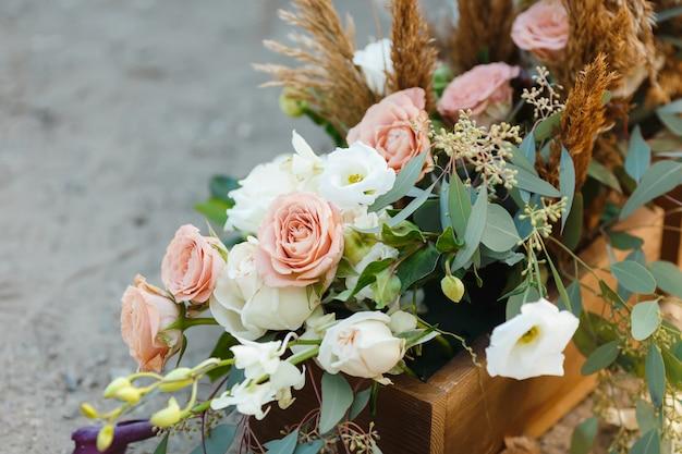 地面に花のある箱