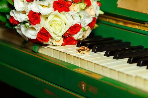 Красивый и милый букет невесты, лежащий на пианино