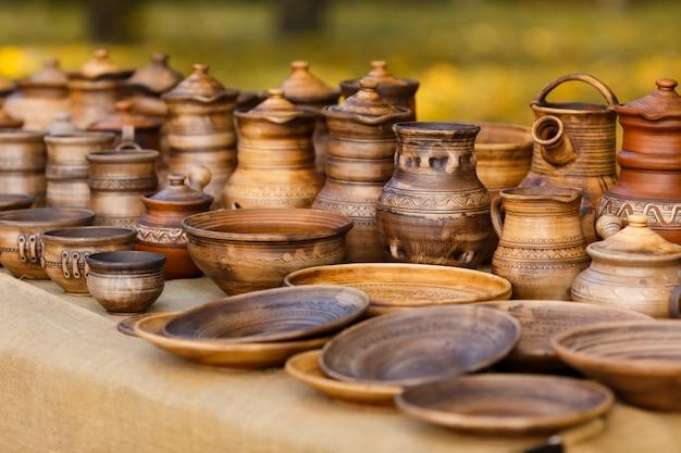 屋台に立っている陶器がたくさん