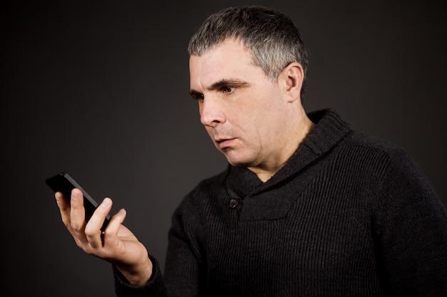 Мужчина держит смартфон