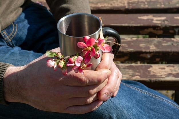 Человек весенние цветы цветущие розовые чашки кофе тройник рука держать медицинский клей