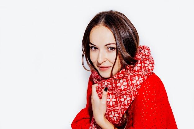 冬のクリスマス休暇笑顔の女の子の赤いスカーフ